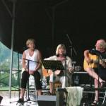 Lisas debut på scen. Kils Visfestival juli 2005 tillsammans med vännerna Björg och Eilert Karlsson. Efter ett par låtar öppnade sig himlen och det fullkomligt öste ner. Framträdandet fick avbrytas. Besökarna sökte skydd bäst de kunde. Efter en stund sken solen och det blev en fantastisk kväll