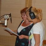 """Gunnel Holmgren och Hanna Nyberg lägger stämmor i studion, juli 2009. """"Om du öppnar"""""""
